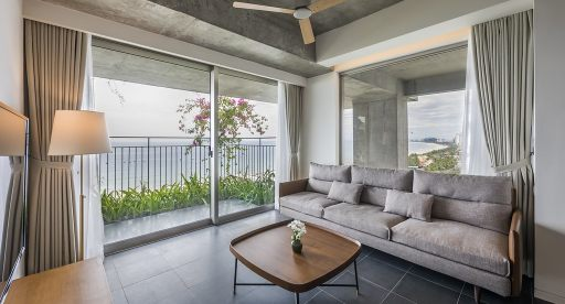 Truc May - One Bedroom Ocean Front Apartment with Balcony